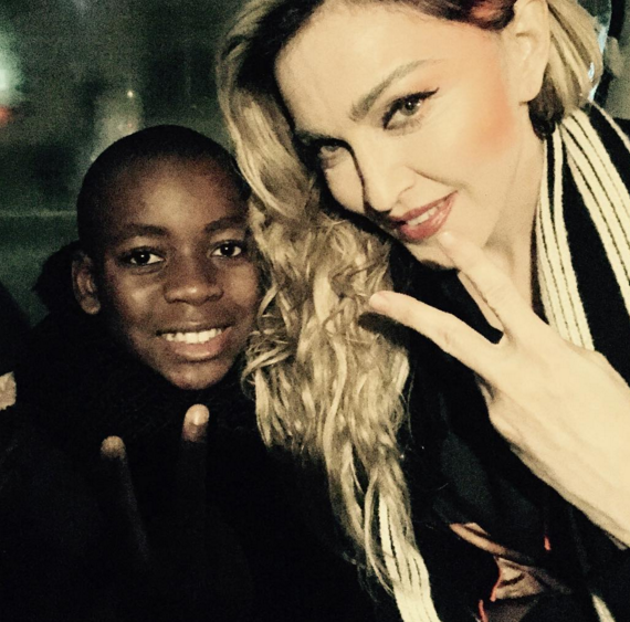 Im singing some songs in place de la republique. Meet me there now #Paris . #rightnow #aftershow❤️#rebelheartour.