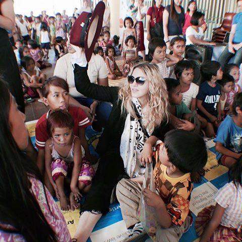 Madonna visite un orphelinat à Manille