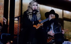 Madonna chante True Blue pendant le Rebel Heart Tour